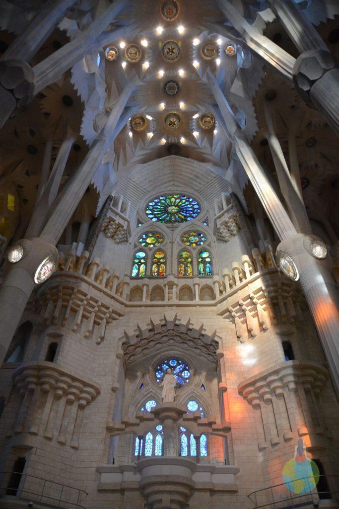 Barcelona Sagrada Familia, Gaudi, catedrala, interior, vitralii apus culori