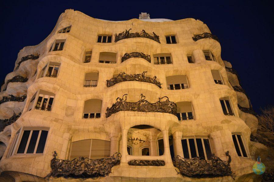 Casa Mila vazuta noaptea din afara