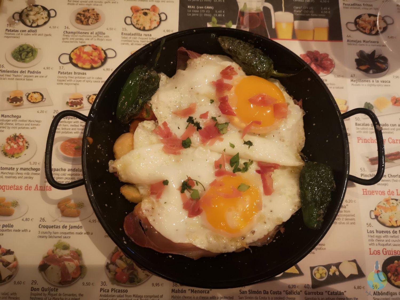 Barcelona mancare spaniola specialitate Ouevos con hamon