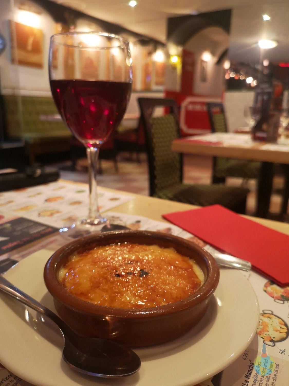 Barcelona mancare spaniola specialitate crema catalana pahar de vinArtespañol, Paellas & Tapas