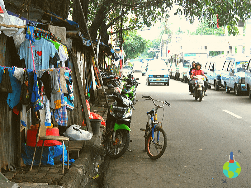 Locuințe amenajate pe trotuar