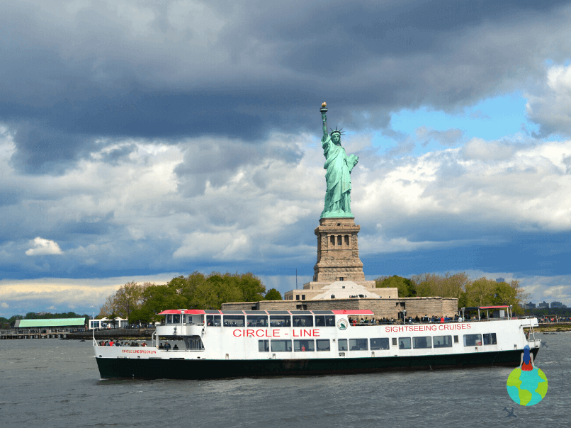 Statuia Libertății văzută de pe ferry în drum spre Ellis Island