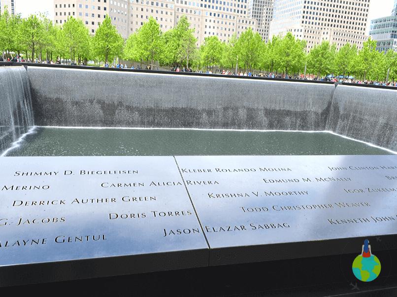 Numele celor dispăruți gravate pe 9/11 Memorial North Pool