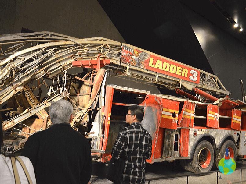 9/11 Memorial - mașină de pompieri utilizată la operațiunile de salvare