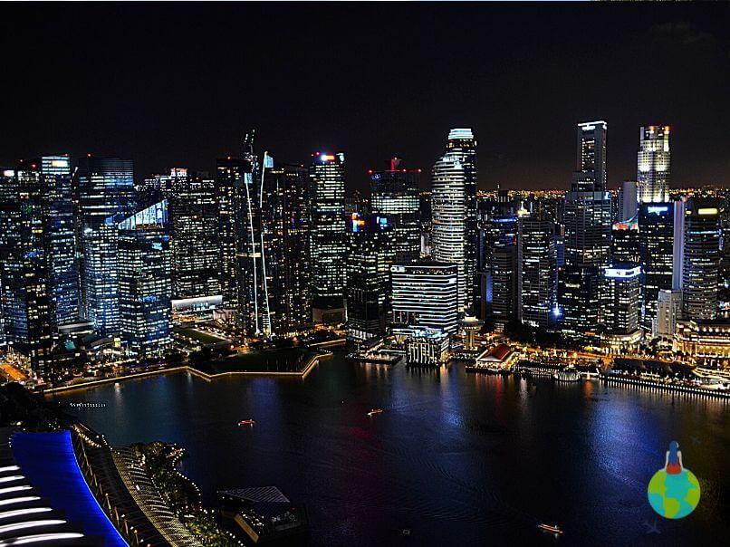 Cele mai înalte clădiri din Singapore văzute noaptea din Marina Bay