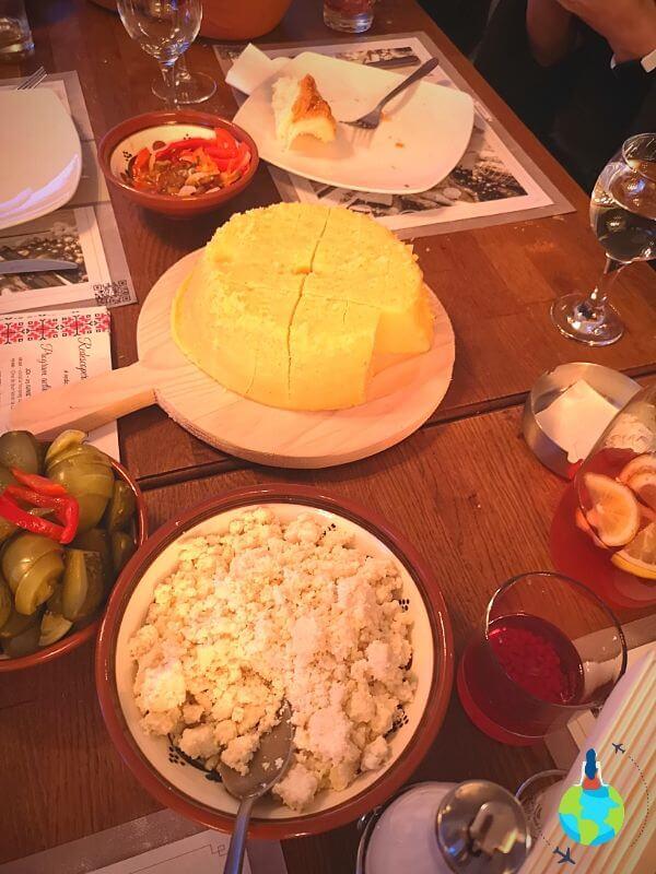 Mâncare tradițională - Brânză cu mămăligă cu mălai și cartofi