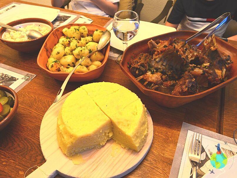 Coaste de miel cu mămăligă și cartofi la cuptor