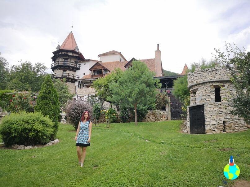 Castelul Lupilor văzut din curte