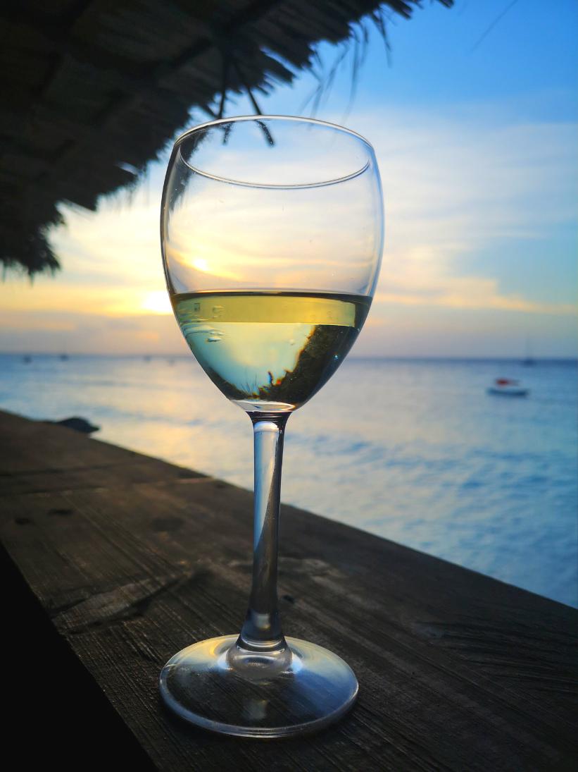 Pahar de vin pe terasa de la Mama Mia la Apus
