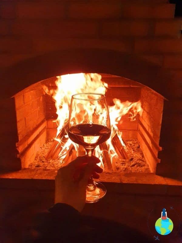 Un pahar de vin savurat în curte la foc