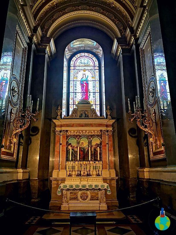 În interiorul Bazilicii Sf. Ștefan