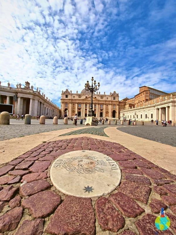 Prin Piața Bazilicii San Piedro